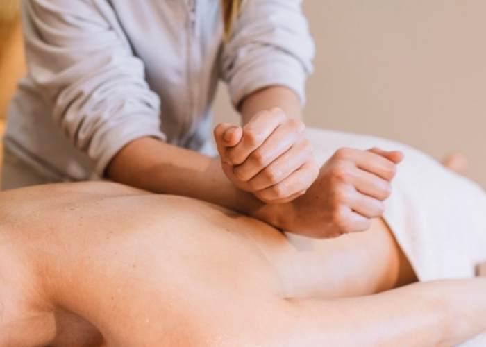 Persona dando masaje