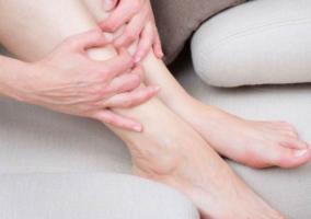 Persona tomando piernas