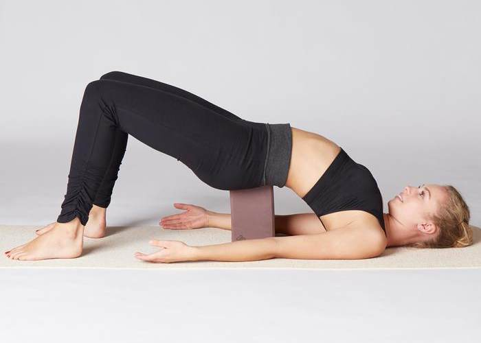 Mujer Yoga bloque