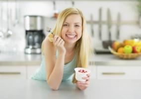 Mujer comiendo postre