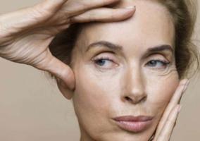 Mujer con rostro arrugas y flacidez