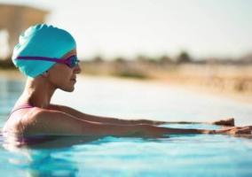 Mujer dentro piscina