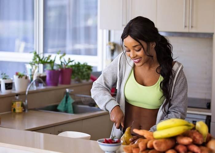 Mujer deportista preperando comida