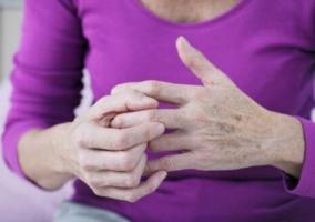 Mujer tronando dedos