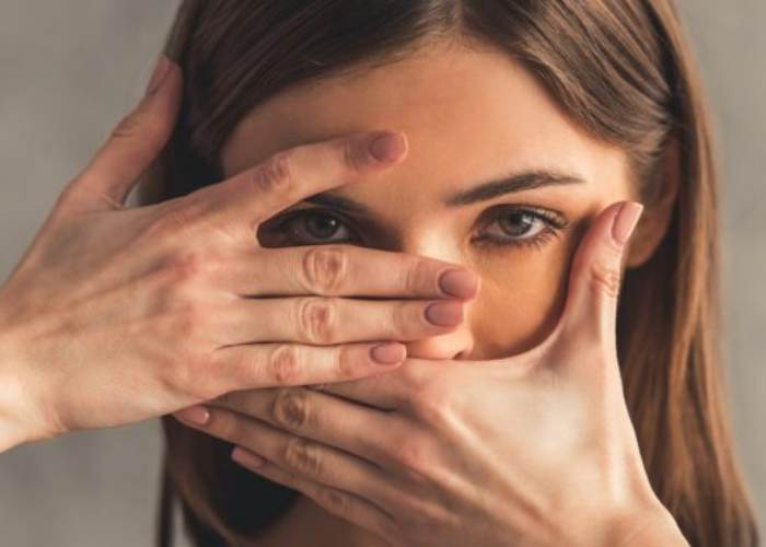 Mujer tapando rostro