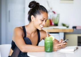 Mujer zumo verde