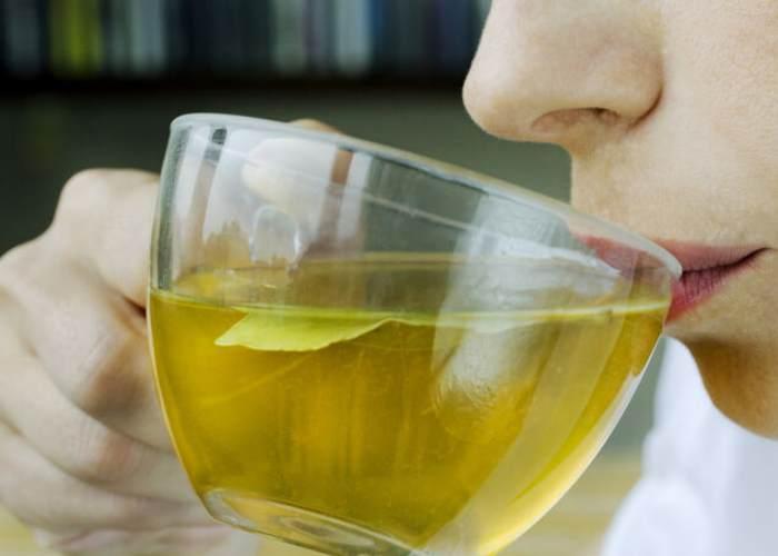 Persona tomando té