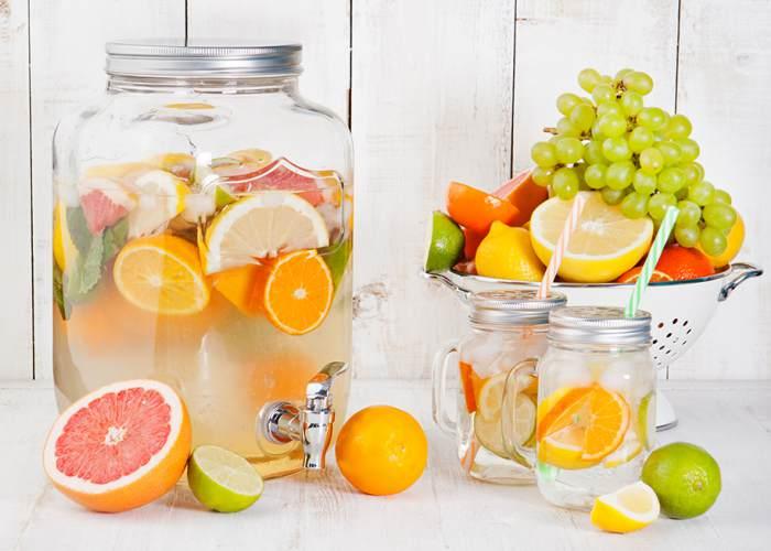 Garrafa de agua y alimentos