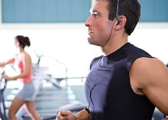 Hombre escuchando música gym