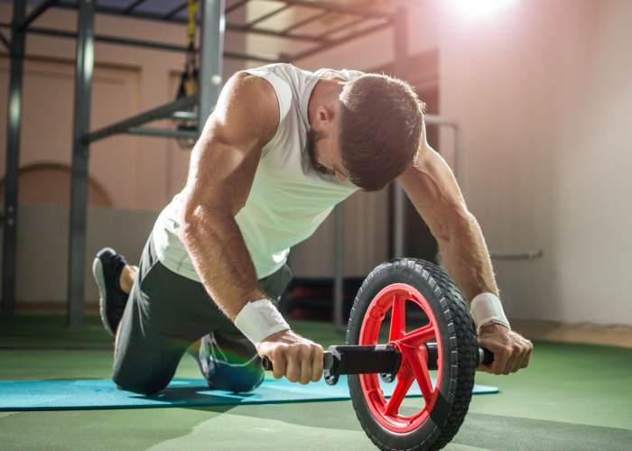 Hombre rueda abdominal