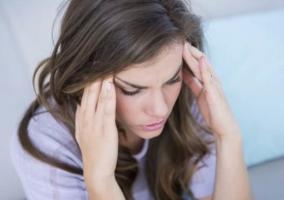 Mujer dolor cabeza