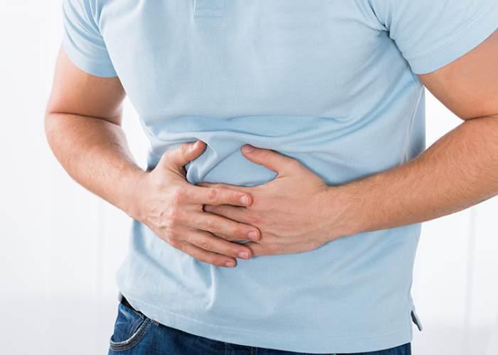 Persona tocándose estómago