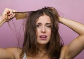 Mujer cabello dañado