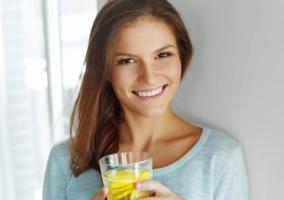 Mujer con un vaso con limón