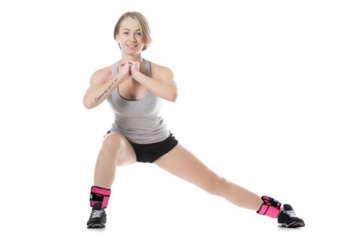 Mujer ejercicio peso tobillos