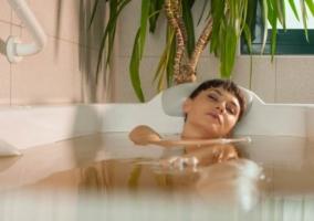 Mujer en tina con agua