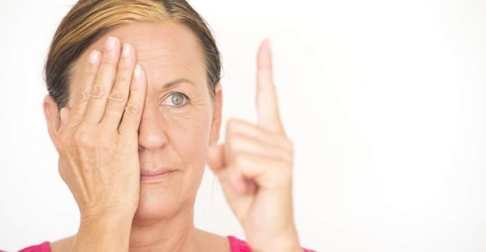 Mujer mirando dedo