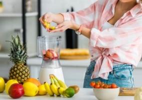 Mujer preparando bebidas