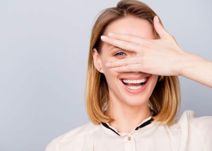 Mujer tapando un ojo