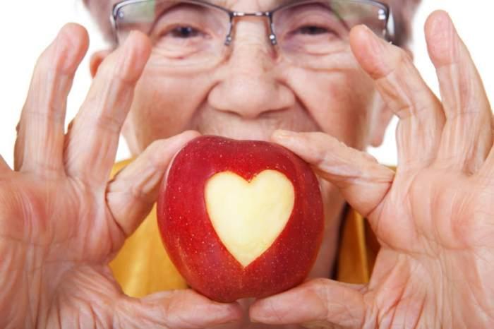 Mujer tomando manzana