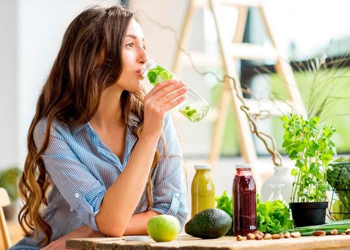Mujer tomando zumos