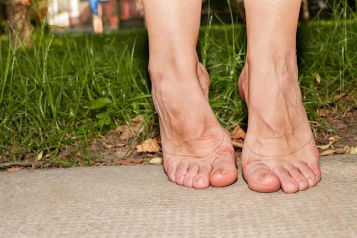 Persona estirando pies