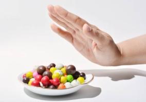 Persona negando dulces