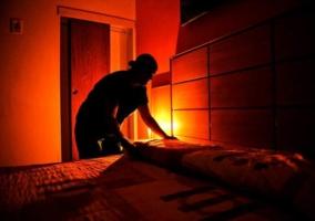 Hombre en cuarto rojo