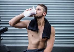 Hombre tomando bebida