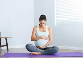 Mujer embarazada sentada