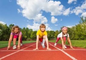 Niños a punto de correr