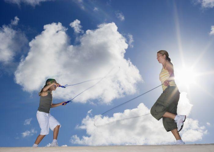 Madre e hija saltando a la comba