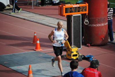 Hombre corriendo en una competición