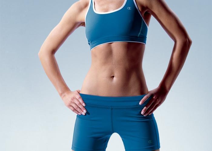 Chica con abdomen plano
